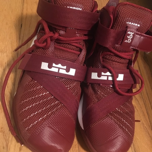 Lebron James Zoom women s basketball shoes size 9.  M 5a5a108c077b972dc862e91a 53605d949